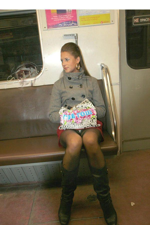 В метро юбкой подсмотренное под