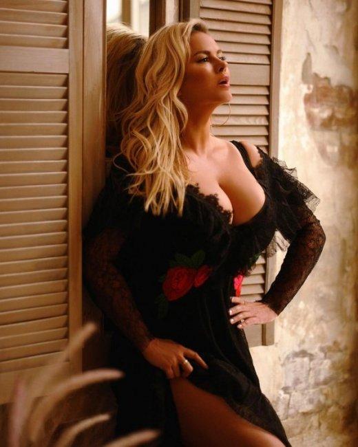 Анна Семенович показала роскошную грудь